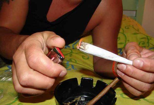 Si votre ado fumme des joints, voici nos conseils