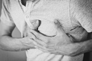La fibrillation auriculaire se manifeste par des palpitations cardiaques, de la fatigue ou des difficultés respiratoires.