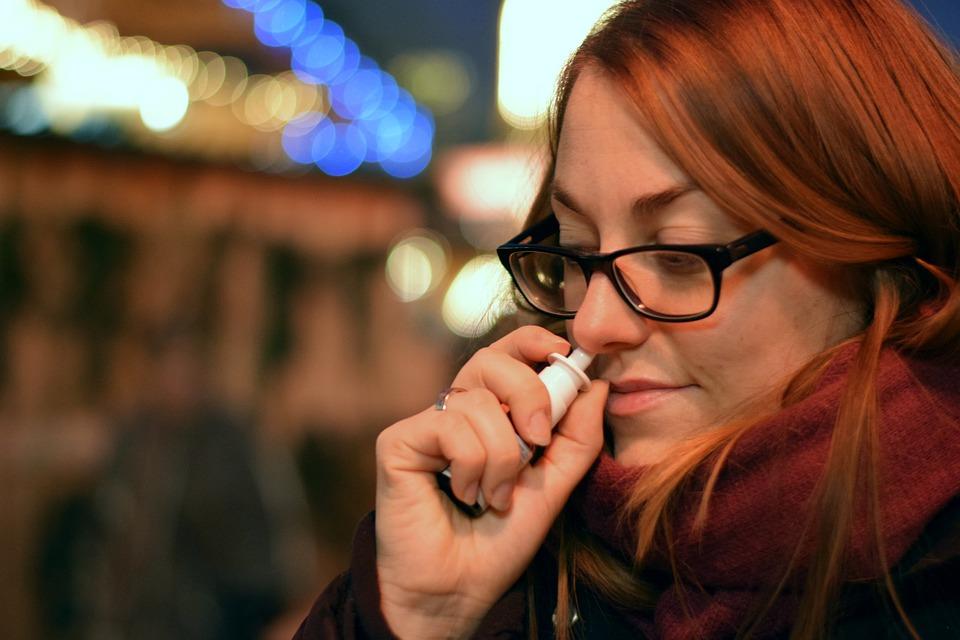 Nettoyer les voies nasales à l'eau salée : remède maison pour se déboucher le nez