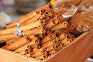 Le mélange miel et cannelle peut avoir des effets bénéfiques sur l'organisme