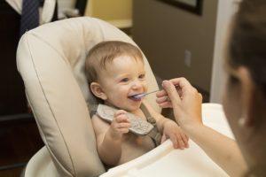 Le mieux est de respecter soigneusement les consignes de votre pédiatre quant aux repas de bébé