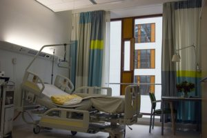 Le lit médicalisé est confortable et sécuritaire