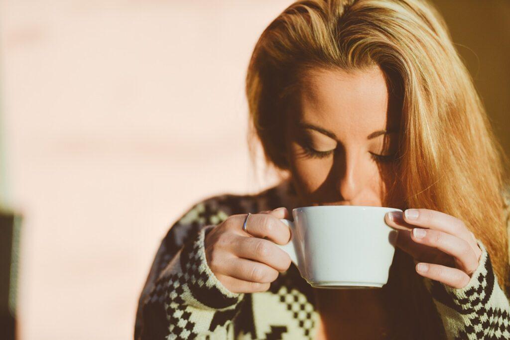 Buvez de l'eau et du café pour freiner votre envie de fringales